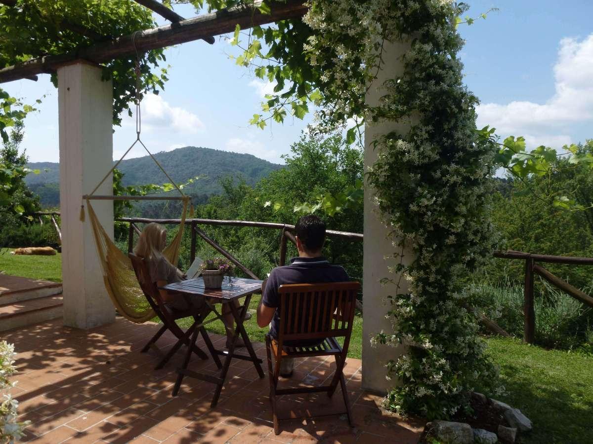 Amaca all'esterno con vista sul panorama: Agriturismo NicoBio